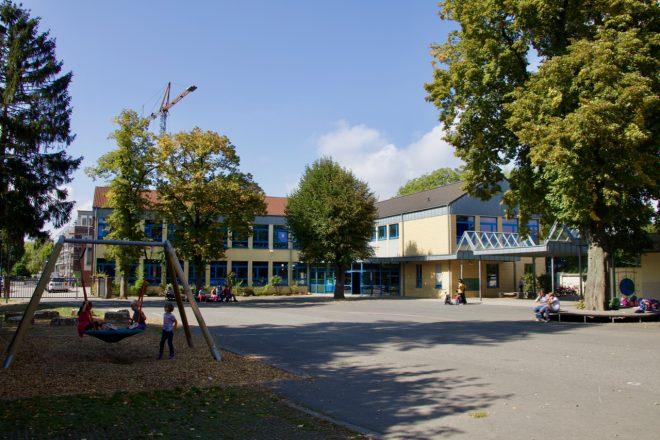 Neubau mit Schulhof - 1